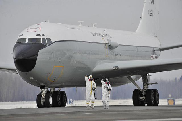 中国战机东海上空拦截美核侦察机?外交部:依法依规跟踪监视