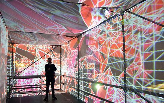 几何的图案,梦幻的色彩,吸引了众多的参观者.