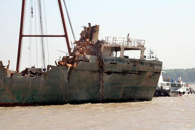 组图:货轮撞南京长江大桥沉没一年后打捞出水