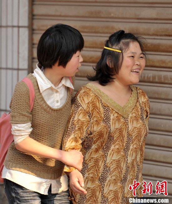 同吃同住.  放学路上程红丽碰见了来接自己的母亲,两人挽着手回家