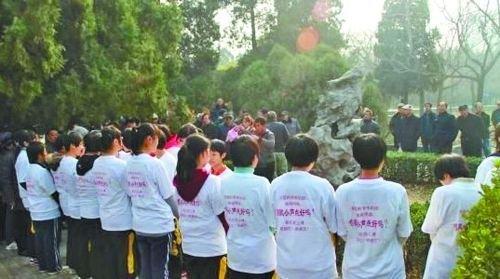 高中生站立抗议公园广场舞遭老人指责