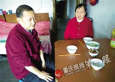 何田忠二哥和家人一起吃饭时,都会给弟弟摆上一副碗筷。