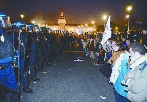26日,法国反同性恋者与警察形成对峙之势。