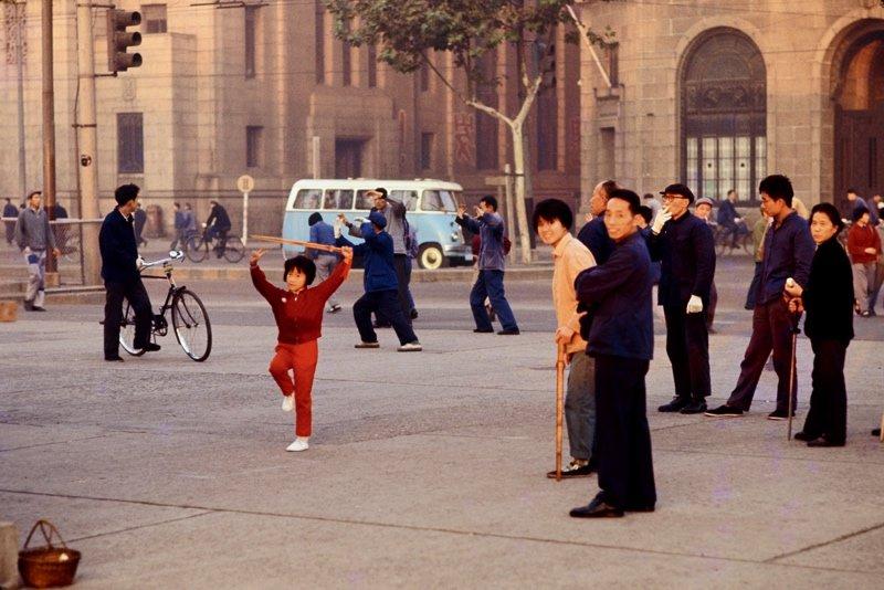 20世纪70年代的上海,在外滩晨练的市民。