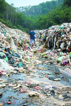 广州一学校后山被挖开 堆200多吨垃圾占地5亩