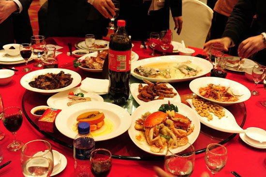 比如6人吃饭,一般可点3-4个冷碟,3-4个炒菜,加一个大菜一道汤,一两个