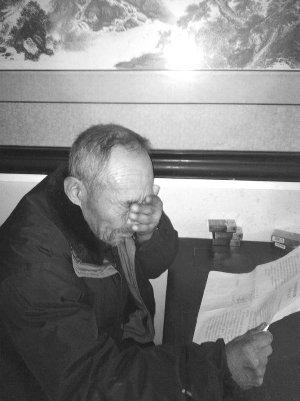 拿着这份迟到的判决书,王景之老人流下眼泪现代快报见习记者姜振军