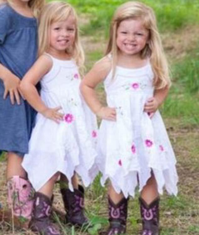 组图:美双胞胎分开2年后养父母家再相聚
