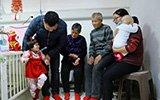 六口之家病房里团圆 一双红袜是最贵的新年礼物