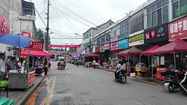 2016年6月6日下午五点整,马路两旁的摊位都已出摊。