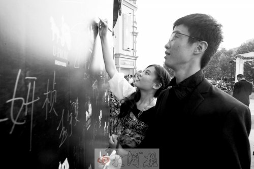郑州一高中开毕业舞会 男生挽女生走红毯如明星