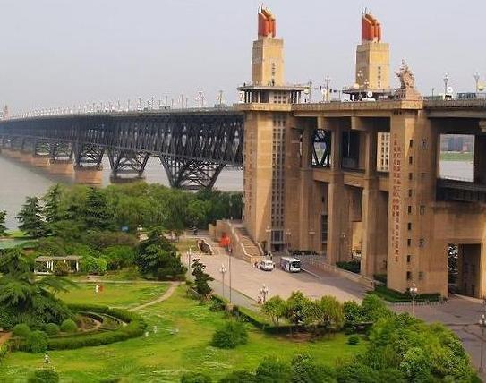 载万吨货物轮船碰擦南京长江大桥沉没 桥体无恙