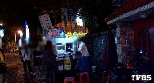 ... 衣)坐在椅子上抠脚皮。(图片来源:台湾TVBS新闻