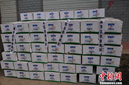 成堆成箱的鸡场用药物已被当地农业局封存。吕子豪摄