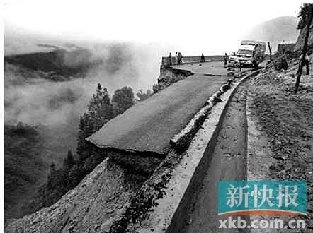 云南2级公路通车2月坍塌 车辆飞下山崖瞬间消失
