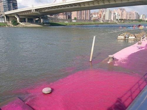 台湾基隆河被彩粉染成荧光色让人触目惊心(图)