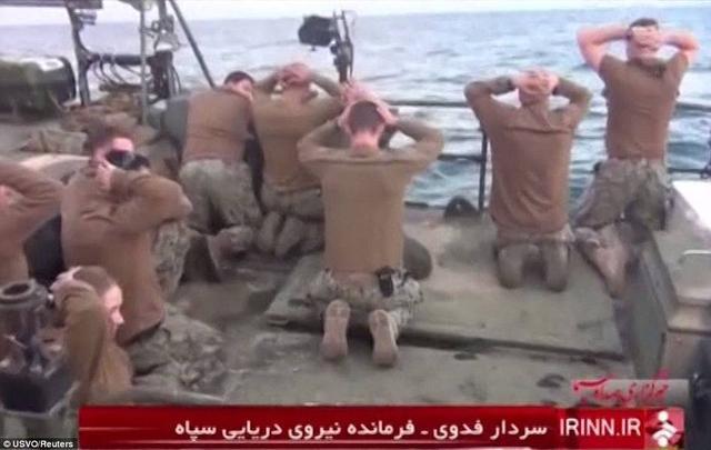 美军直升机逼近伊朗舰艇800米飞行 遭武器瞄准