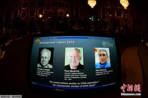 2015年10月7日,瑞典斯德哥尔摩,托马斯·林达尔、保罗·莫德里奇和阿齐兹·桑贾尔获得诺贝尔化学奖,以表彰他们在DNA修复的细胞机制方面的研究。