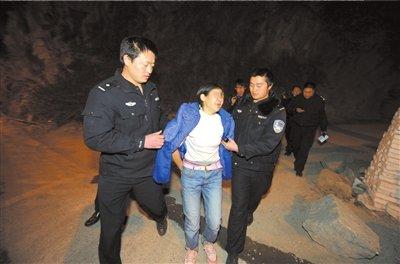 警方在现场将嫌疑人之一张洪树(女)抓获。3月1日22时,公安部联合当地警方,在云南昭通大关县对20名拐卖儿童的嫌疑人实施抓捕。 京华时报记者欧阳晓菲摄/视频