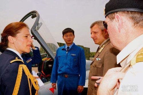驻华武官参观我飞豹部队 6名女战机飞行员成军