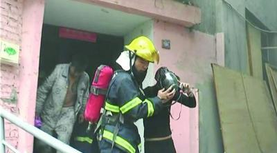 孩子妈也在呼吸面罩保护下出了火场。