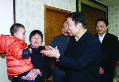 李源潮在村民祝连春家向他们表示新春的问候。
