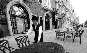 午后的顶秀美泉小镇,异国风情酒吧街宁静怡人,等待各方贵宾的到来。