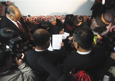 呼格母亲回应冯志明获刑18年:追责还是不到位