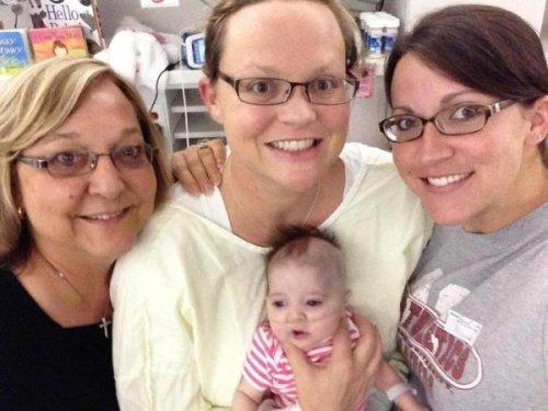 """母亲艾莉卡中和她的""""神奇宝宝""""艾蕾娜。"""