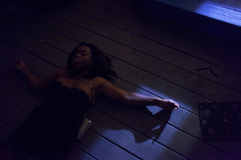 当地时间2011年1月1日,美国德克萨斯州奥斯汀,18岁的Yasmine Wright和朋友开完派对后躺在走廊地板上休息。