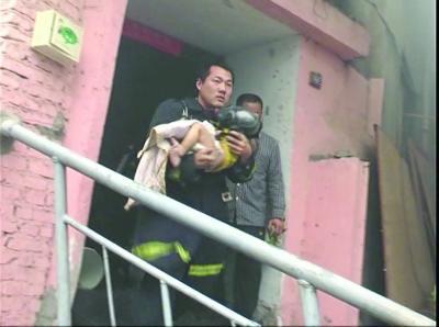 刚刚抱着孩子冲出失火房屋的付一帆。