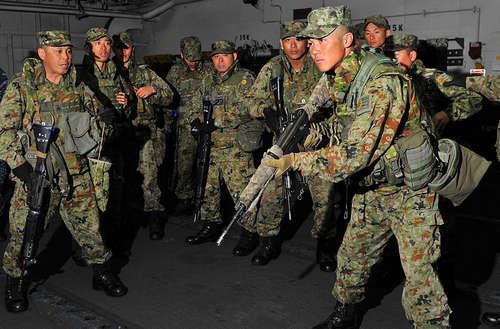 """日本防卫大臣首次视察""""夺岛部队"""" 观看演习"""