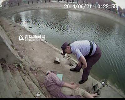 老人烈日下钓鱼中风 民警徒手掰铁栅栏救人