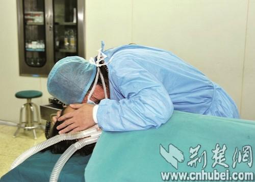 7岁捐肾救母男孩离世 妈妈眼含热泪接受手术