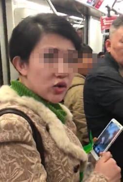 上海地铁一女子吃凤爪乱吐被指责 舌战乘客飙脏话