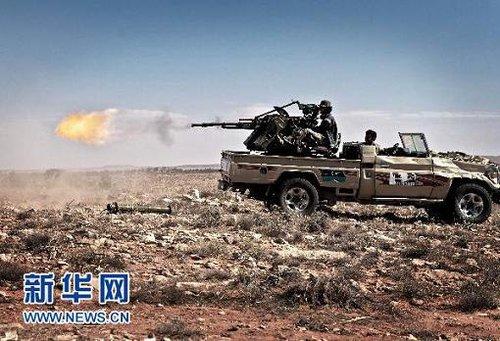6月15日,利比亚反对派武装在利比亚西部城镇格瓦勒施向政府军阵地射击。新华社/法新