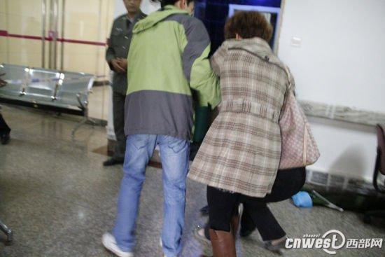 西安南郊爆炸案遇难者父亲跪求不要停止治疗