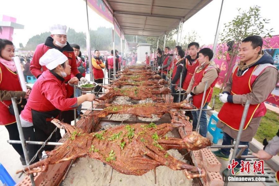 四千人同吃烤全羊获吉尼斯世界纪录 场面壮观 - 海阔山遥 - .