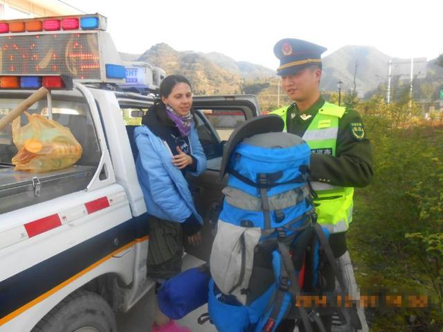 中国路政队员高速上拦俄美女 凑钱买方便面相赠