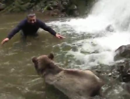 """探险家与大熊激流中玩耍 最终赢得""""熊抱"""""""