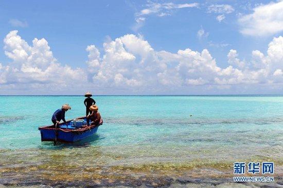 西沙赵述岛渔民准备出海作业。 新华社发