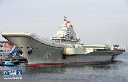我国首艘航空母舰辽宁舰首次靠泊青岛某军港