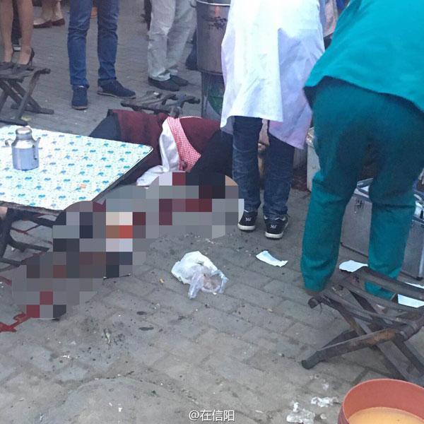 河南信阳女摊贩争摊位被砍身亡 警方正全力缉凶