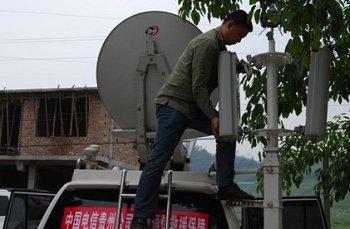 中国电信贵州公司派出应急基站车分别在天全县和芦山县保障通信。图为4月21日中国电信贵州公司抗震救灾队员王龙在天全县新华乡架设基站天线。