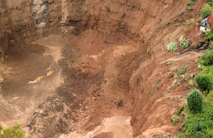 俄罗斯一处度假地区地表塌陷 形成76米深大坑2015.9.8 - fpdlgswmx - fpdlgswmx的博客