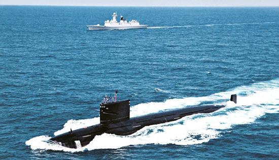 093商级攻击核潜艇与054A护卫舰在印度洋。