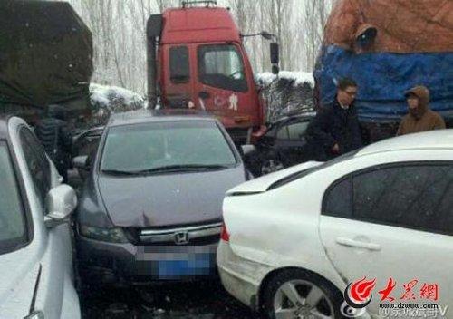 济青高速潍坊段百余辆车连环相撞 多人受伤(图)