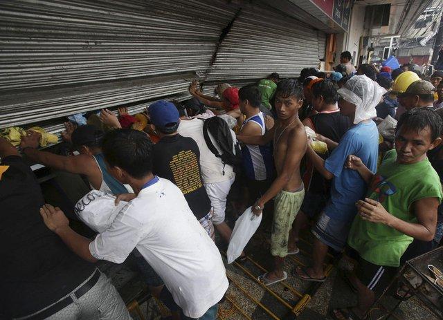 外媒称菲灾民寻找食物似僵尸 出现大量抢劫行为