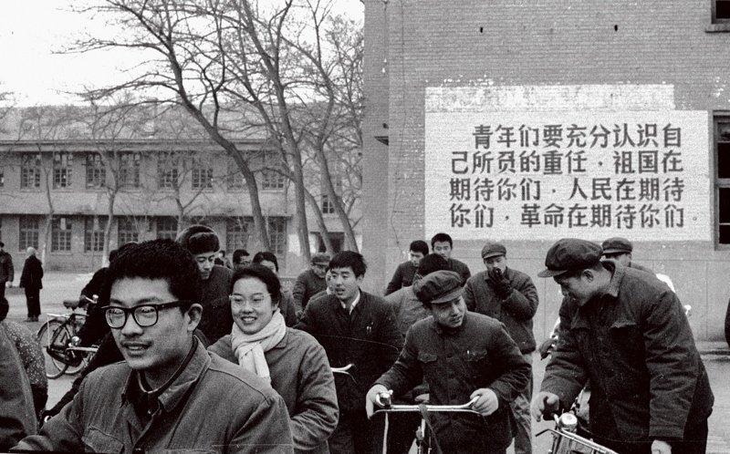 当社会从十年浩劫中走出,高考恢复后,大批知识青年开始积极备考,各地的图书馆、教室都坐满了学习的人们。尤其是1977、1978这两年高考,集中了全国被十年浩劫耽误的众多考生,年龄跨度极大。而正是这两届大学生,为国家输送了大量骨干人才。图为北京五中参加高考的学生。