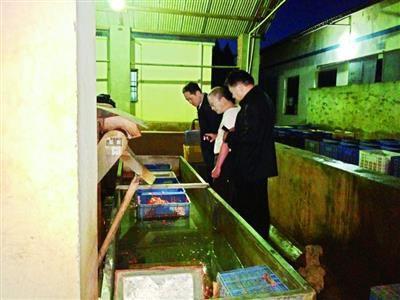 武漢有人集中回收死蝦 被運進食品加工廠做蝦仁